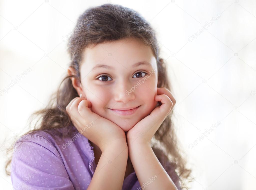 快乐的小可爱女孩上的白色背景