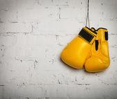 Paar boxhandschuhe, die an einer wand hängen — Stockfoto
