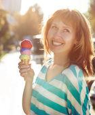 Dondurma külahı ona ellerine açık havada tutan kadın — Stok fotoğraf