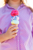 Dívka drží kužel zmrzliny ve svých rukou — Stock fotografie