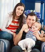 Glücklich lächelnd familie mit baby ein jahr alt — Stockfoto