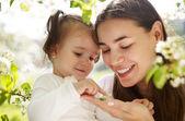 快乐妈妈和她的小女儿 — 图库照片