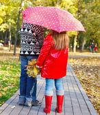 Liten pojke och liten flicka med promenader — Stockfoto