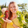 Woman winegrower picking grapes — Stock Photo