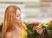Young woman buying flowers at a garden center — Foto de Stock