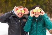 šťastný mladý pár baví — Stock fotografie
