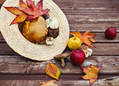 Autumn wooden background with maple leaves — 图库照片
