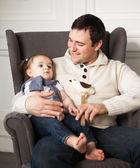 Pai feliz com um ano de idade menina interior — Fotografia Stock