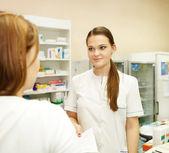 Pharmacien suggérant la drogue médicale à l'acheteur — Photo