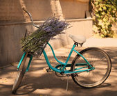 Vintage bycycle with basket with lavender flowers — Stock Photo