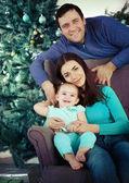 Szczęśliwą rodzinę w pobliżu choinki — Zdjęcie stockowe