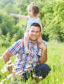 Gelukkig jonge vader met kleine dochter outdoors — Stockfoto