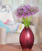 Giant Onion (Allium Giganteum) flowers in the flower vase on tab — Stock Photo