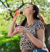 Bella donna incinta avendo divertimento — Foto Stock