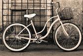 Sztuka rower z koszykiem — Zdjęcie stockowe