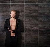 Knappe gespierde mannelijk model in de buurt van — Stockfoto