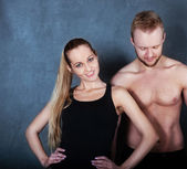 Athletic couple near the wall — Stock fotografie