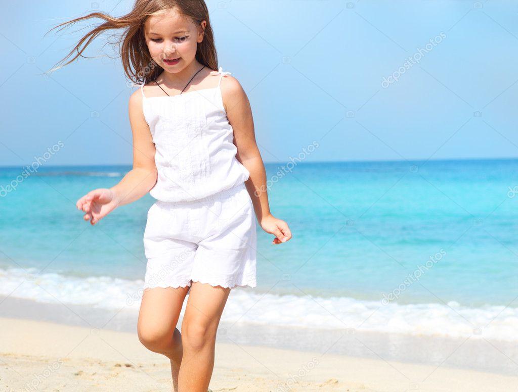 可爱的孩子的小姑娘在海滩上