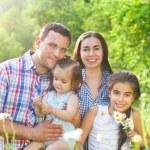 familia joven con niños en el bosque del resorte — Foto de Stock   #44974949
