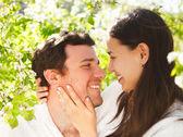 Mladý šťastný pár v lásce v parku na jaře kvetoucí — Stock fotografie