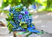 Einen Hochzeitsstrauß mit Hortensia in blauen und grünen Farben — Stockfoto