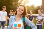 Estudiante sonriente al aire libre — Foto de Stock