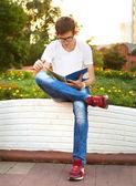 Student lezen zijn notitieblok — Stockfoto
