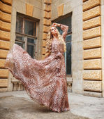 Mulher loira linda em vestido longo ao ar livre — Fotografia Stock