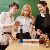 Girls working in chemistry laboratory at the classroom — Stock Photo