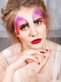 Donna con farfalla perfetto make up e acconciatura — Foto Stock