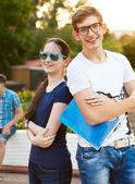 Los estudiantes o jóvenes con cuadernos al aire libre — Foto de Stock