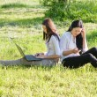 deux filles en plein air — Photo