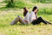 Twogirls con los libros al aire libre — Foto de Stock