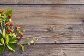 Fresa sobre fondo de madera — Foto de Stock