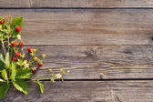 ストロベリー ・ オンザ ・木製の背景 — ストック写真