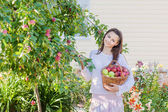 Beautiful girl with apple in garden — Foto Stock
