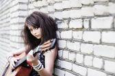 Model met vintage gitaar. — Stockfoto