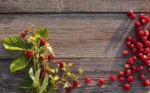 Erdbeere auf hölzernen hintergrund — Stockfoto