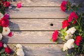 木製の背景に赤いバラ — ストック写真