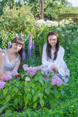 Zwei frauen, die pflanzen in einem garten — Stockfoto