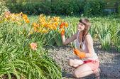 Mujer plantar en un jardín — Foto de Stock