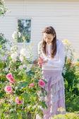 Kvinna plantering i trädgård — Stockfoto
