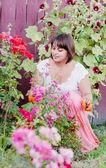 Bir bahçede dikim kadın — Stok fotoğraf