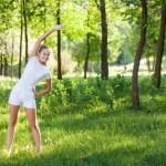 美丽的年轻女子做伸展运动 — 图库照片