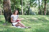 Açık kitap ile güzel kız — Stok fotoğraf