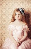 Retro dziewczynki na tle tapety — Zdjęcie stockowe