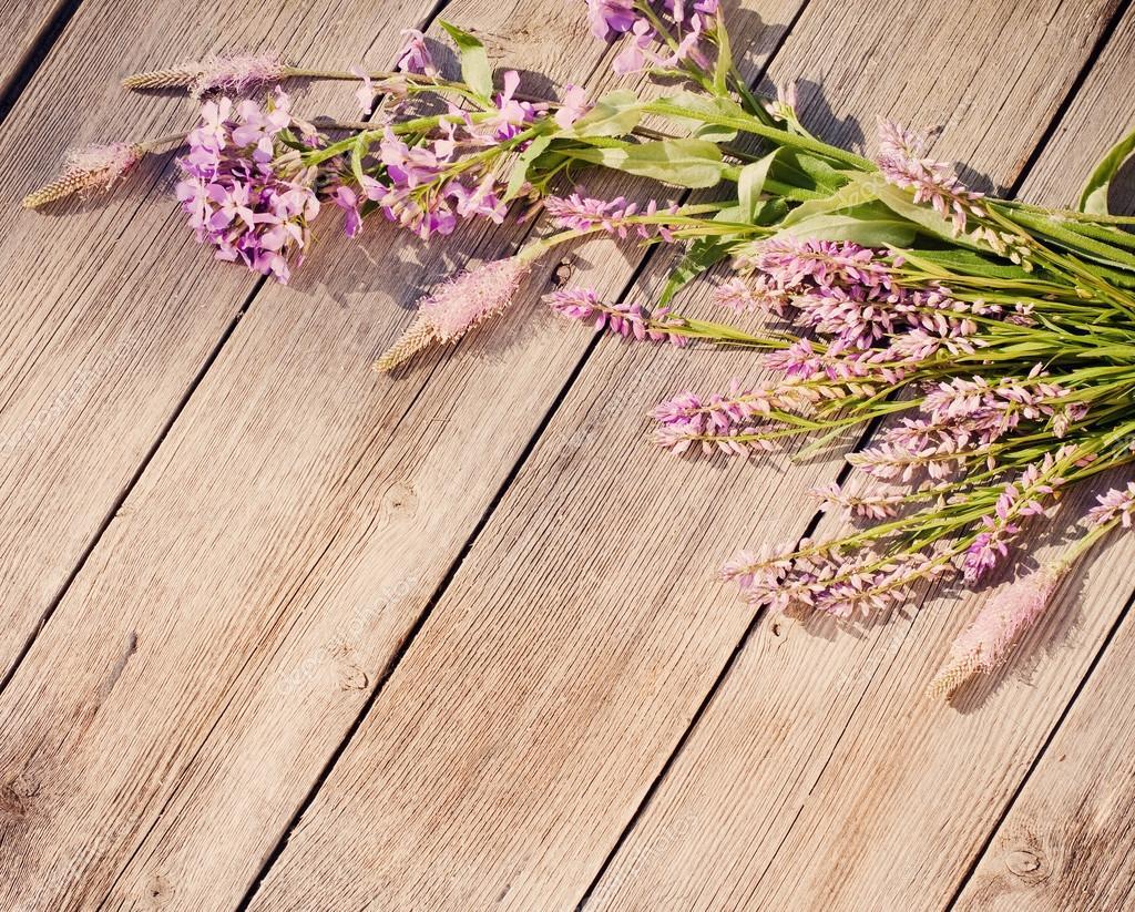 Flores sobre fundo de madeira — Fotografias de Stock © Kruchenkova  #999332 1024x823
