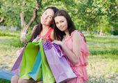 Due ragazze con sacchetti colorati all'aperto — Foto Stock