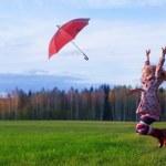 fille heureuse de saut d'obstacles en plein air — Photo #24446055