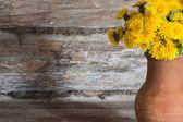 Dandelions ahşap yüzeye — Stok fotoğraf